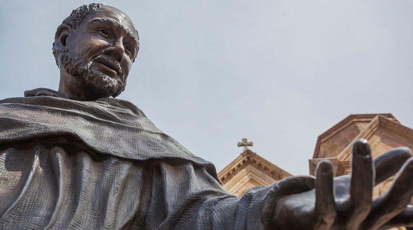 ¿Debemos orarles a los santos?