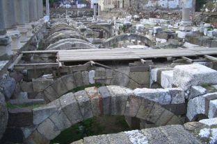 El subterráneo de un ágora (mercado) del segundo o tercer siglo en Esmirna. (Foto por David Treybig.)
